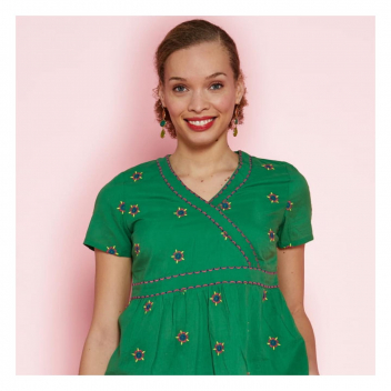 Il y a comme un air d'été avec ce joli haut délicatement brodé💚 • • • Smells like summer with this pretty embroidered top 💚